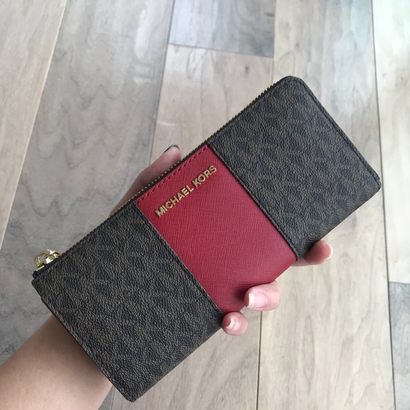 c5fa028cafb3 Michael Kors Bags   Center Stripe Jet Set Travel Wallet   Poshmark